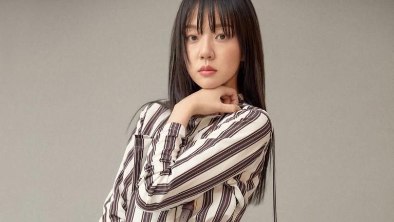 Sebelum menjadi aktris, Soo Jung pernah menjajal dunia model. Debut pertamanya pada 1998 dengan menjadi model cover majalah remaja.