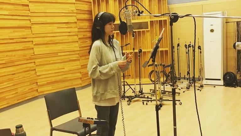 Eits, bukan hanya jago modeling dan akting. Soo Jung juga memiliki suara yang indah lho.