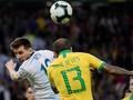 Alves: Messi Kehilangan Irama jika Dua Menit Tak Pegang Bola