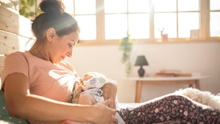 Bayi Bunda masih sering menangis karena kelaparan? Cari tahu yuk waktu terbaik dan seberapa lama harus menyusui bayi!