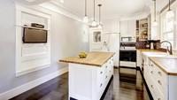 <p>Dapur yang satu ini bergaya modern namun simpel. <em>Kitchen island</em>-nya memadukan warna putih untuk kabinet dan <em>hardwood</em> sebagai <em>countertop</em>. (Foto: iStock)</p>