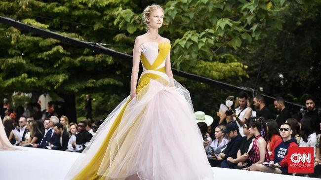 Ralph & Russo membangkitkan kejayaan mode era 1930-an lewat koleksi Musim Dingin 2019/2020 pada gelaran Paris Couture Week.
