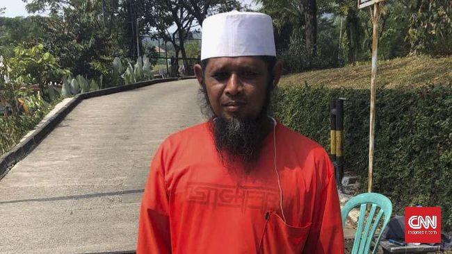 Pengurus Masjid Al Munawaroh, Ishak, mendapat hadiah umrah setelah insiden perempuan memasuki masjid mengenakan sandal dan membawa anjing.