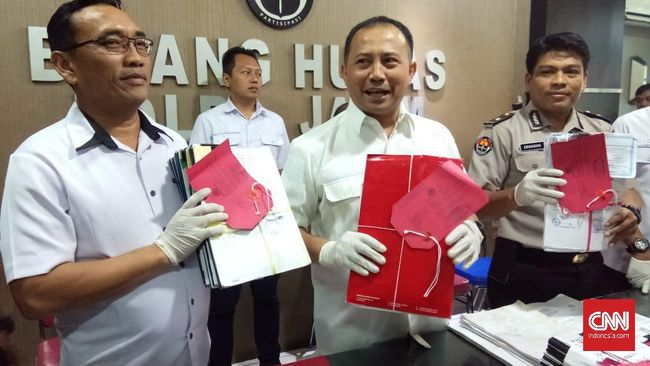 Polisi menyebut modus korupsi mantan Ketua PSSI Cabang Kota Pasuruan Edy Heri Respati dilakukan lewat proposal fiktif dan potong gaji pesepakbola amatir.