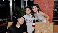 <p>Momen langka nih bisa foto bertiga, Zahwa, Aaliya dan Keanu. Ketiganya sudah beranjak remaja. (Foto: Instagram @aaliyah.massaid)</p>