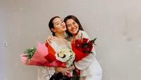 <p>Setelah 8 tahun kepergian Adjie Massaid, kedua anak gadisnya sudah beranjak besar. Si sulung Zahwa baru saja lulus SMA dan berencana akan melanjutkan pendidikan di luar Jakarta. (Foto: Instagram @aaliyah.massaid)</p>