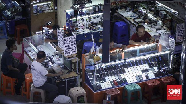 Sejumlah konter handphone di ITC Roxy, Jakarta, 4 Juli 2019. Pemerintah berencana untuk memberlakukan regulasi IMEI pada 17 Agustus mendatang. Dengan adanya aturan ini, operator bisa melakukan pemblokiran layanan telekomunikasi (telepon, SMS, internet) jika IMEI ponsel ternyata tidak terdaftar di Kemenperin. (CNN Indonesia/ Hesti Rika)