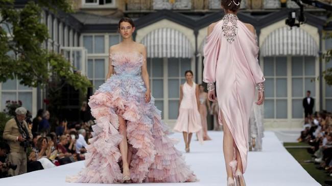 Duet desainer Tamara Ralph dan Michael Russo membangkitkan kejayaan couture era 1930-an pada gelaran Paris Couture Week.