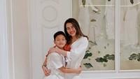 <p>Bahkan Aaliya berpesan ke adiknya, kalau jangan terlalu cepat besar. Aaliya nampak sangat menyayangi Keanu ya, Bun. (Foto: Instagram @aaliyah.massaid)</p>