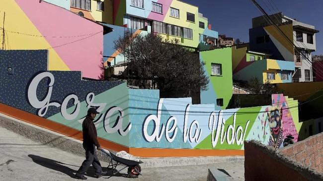 Desa Chua Uma dekat La Paz di Bolivia bukan perkampungan biasa. Di desa berlokasi 3.800 meter di atas permukaan laut ini memiliki ragam rupa mural cantik.