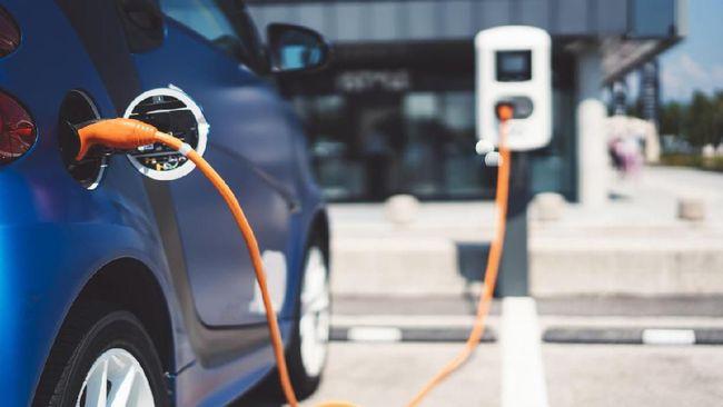 Pengamat di sektor energi meramal program pengembangan mobil listrik yang dilakukan di Indonesia tak akan mengurangi impor BBM dalam kurun waktu yang singkat.
