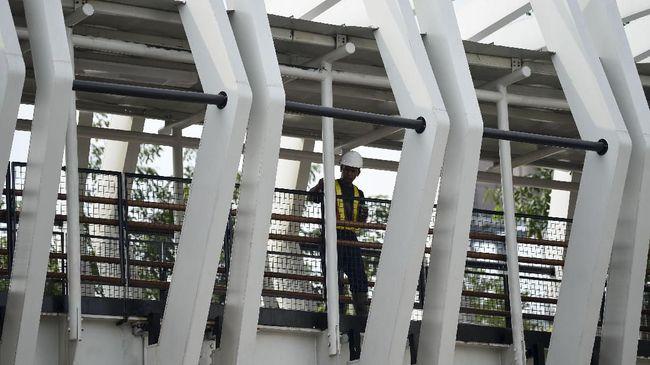 Pekerja menyelesaikan pembangunan Jembatan Penyeberangan Orang (JPO) atau Skybridge di Jalan Pemuda, Rawamangun, Jakarta, Jumat (5/7/2019). Pembangunan jembatan yang menghubungkan Stasiun LRT Velodrome dan Halte TransJakarta Pemuda tersebut telah mencapai 98 persen dan ditargetkan akan rampung akhir bulan ini.  ANTARA FOTO/Nova Wahyudi/aww.