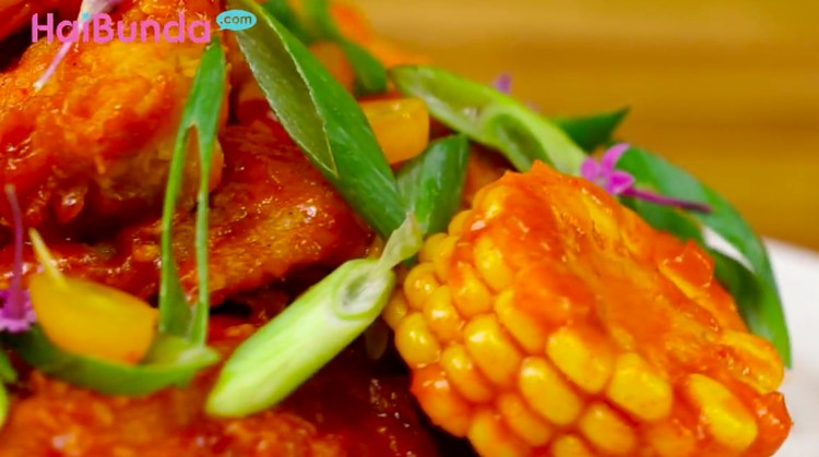 Bosan makan ayam goreng? Cobain resep ayam saus pedas yuk biar makan bersama keluarga lebih berselera.