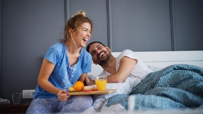 7 Ide Ucapan Manis Menyapa Suami di Pagi Hari
