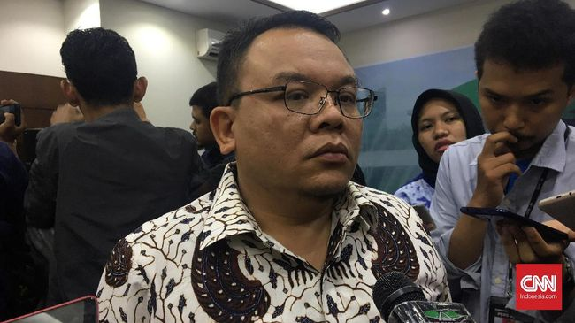 Wasekjen PAN Saleh Daulay saat ditemui wartawan di Komplek Parlemen, Senayan, Jakarta pada Jumat (5/7). (Martahan Sohuturon/CNN Indonesia)