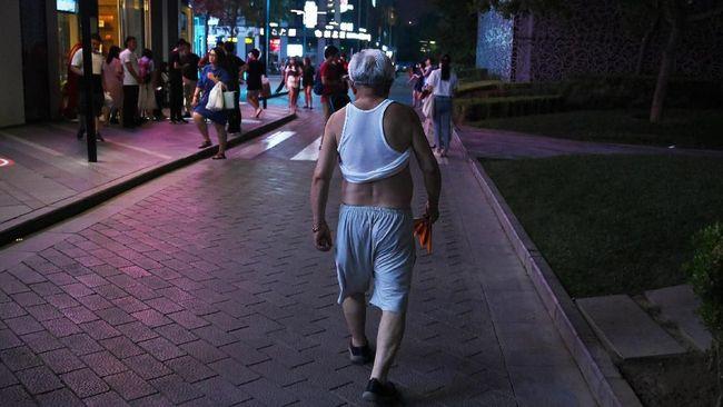 Pemerintah sebuah kota di China menganggap kebiasaan pria mengangkat pakaian di atas perut sebagai tindakan tak beradab.