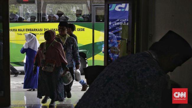 Calon jamaah haji yang tergabung dalam Kloter 1 Embarkasi Jakarta-Pondok Gede tiba di Asrama Haji Pondok Gede, Jakarta, Senin, 16 Juli 2018. Di Asrama Haji para jamaah menerima sejumlah perlengkapan seperti gelang, obat-obatan, pasport dan uang keperluan sehari-hari. selain itu para jamaah juga diperiksa kembali kesehatannya dan menerima informasi mengenai pelaksanaan haji. CNN Indonesia/Adhi Wicaksono