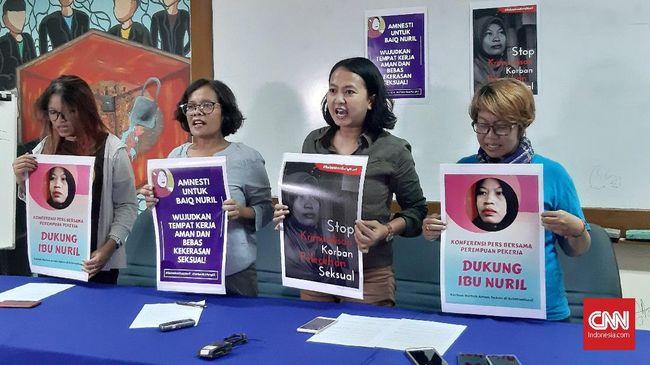 Aktivis perempuan dari Perempuan Mahardika menagih amnesti bagi Baiq Nuril setelah peninjauan kembali kasusnya ditolak oleh Mahkamah Agung.