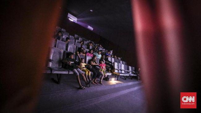 Minat masyarakat Aceh menonton di bioskop sebenarnya tinggi, namun bioskop di sana tersapu tsunami 2004 dan asa dibangun kembali sirna seiring perda syariat.