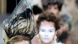 FOTO: Eksperimen Busana Guo Pei Tak Main-main