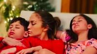 <p>Enggak cuma artis dalam negeri saja karena para selebriti mancanegara juga banyak yang memiliki anak kembar sepasang. Salah satunya Jennifer Lopez yang menamai anaknya Emme dan Max. (Foto: Instagram @jlo)</p>