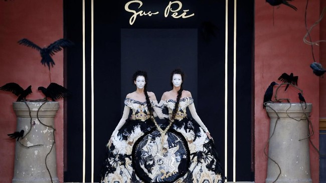 Meski tak terlihat modern dan kontemporer, koleksi Guo Pei memiliki kompleksitas yang tinggi.
