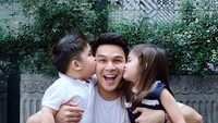 <p>Kebahagiaan Jonathan Frizzy dan Dhena Aldhalia Devanka semakin lengkap setelah mendapat anak kembar laki-laki dan perempuan pada tahun 2018. Kini, Zac dan Zoe sudah berusia 4 tahun lebih. (Foto: Instagram @ijonkfrizzy) </p>