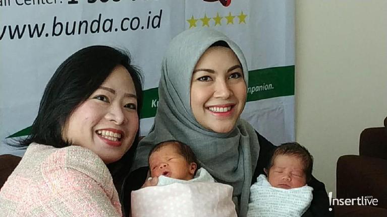 Senyum menghiasi wajah Ratna Galih saat memamerkan anak kembarnya pada awak media. Bayi laki-laki dan perempuan itu menjadi anak keempat dan kelima bagi Ratna Galih dan suami.