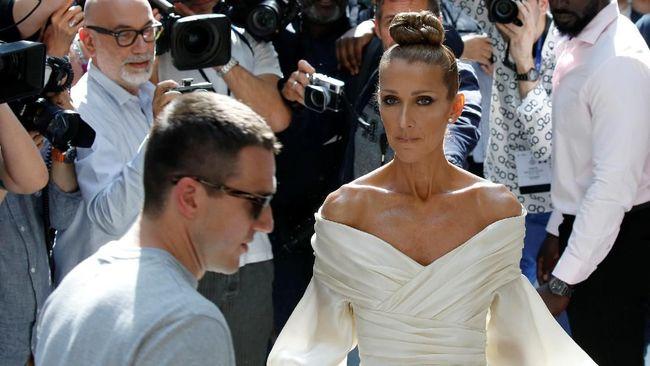 Gaya busana Celine Dion kerap jadi sorotan. Dia bahkan dijuluki Ratu Couture pada gelaran Paris Couture Week.