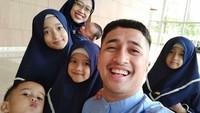 <p>Tak banyak yang menyangka jika presenter Irfan Hakim sudah dikaruniai lima anak. Di antaranya ada yang kembar lho, Bun. Bisa tunjuk mana yang kembar? He-he-he. (Foto: Instagram @irfanhakim75)</p>