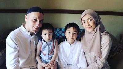 Bikin Adem, 7 Potret Keluarga Gary Iskak yang Makin Religius