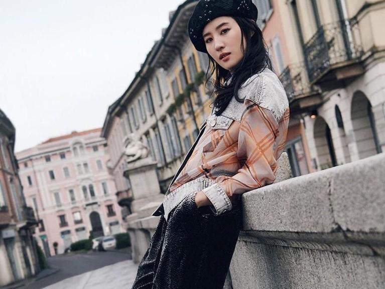 Film Mulan Live Action baru saja merilis trailer terbaru hari ini, Senin (8/7). Nama Liu Yifei pun menarik simpati banyak orang. Lalu seperti apa peson Yifei?