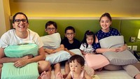<p>Joanna Alexandra dikarunia empat anak dengan jarak kelahiran yang terlalu dekat. Joanna dijuluki sebagai ibu hebat berkat kesabarannya mengurus anak keempat yang lahir dengan kebutuhan khusus. (Foto: Instagram joannaalexandra)</p>