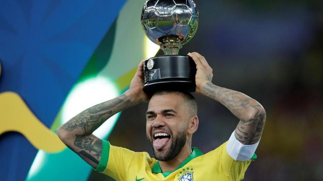Kapten timnas Brasil, Dani Alves, dinobatkan sebagai pemain terbaik turnamen setelah Selecao memastikan gelar Copa America 2019.