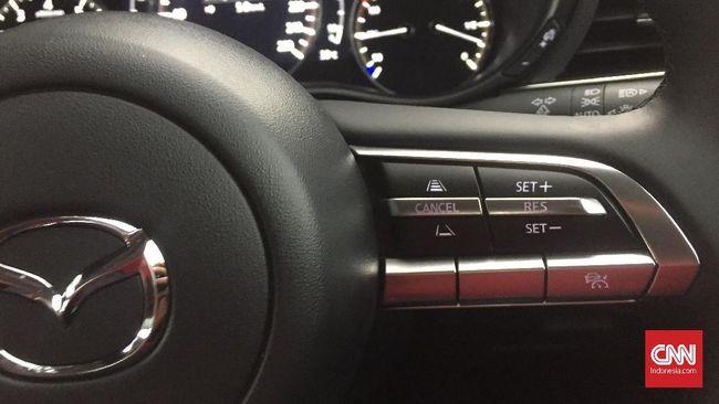 Cruise control merupakan fitur yang gunanya membuat mobil berakselerasi konstan tanpa perlu injakan pada pedal gas.