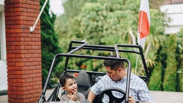 <p><em>Ngajak</em> si kakak El Mayka Rifat Sungkar jalan-jalan sore sambil menaiki mobil <em>off road.</em> Wah seru banget ya! (Foto: Instagram @rifato)</p>