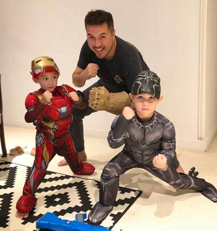 <p>Sama seperti anak-anak lainnya, Mayka dan Mikkairo juga menyukai superhero. Kali ini mereka bergaya dengan kostum Ironman dan Thanos, sedangkan Papa Rifat enggak mau ketinggalan untuk <em>action</em>. <em>He-he-he.</em> (Foto: Instagram @rifato)</p>