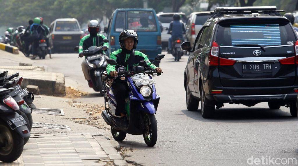 Aksi Ugal-ugalan Pemotor Nakal di Kota Depok