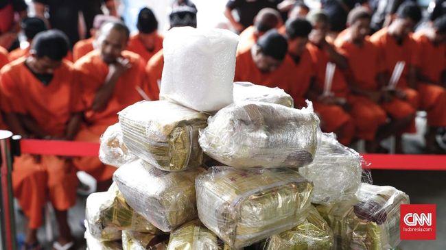 Empat personel Polrestabes Medan dipecat lantaran meninggalkan kesatuan atau desersi dan terlibat kasus narkoba.
