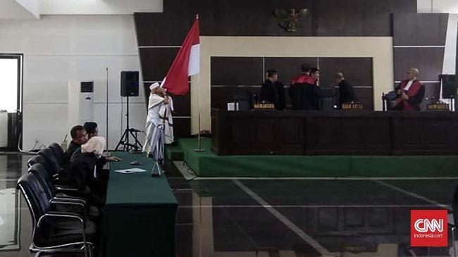 Setelah sidang vonis rampung, terdakwa kasus dugaan penganiayaan dua remaja, Bahar Bin Smith, mencium bendera merah putih beberapa detik.