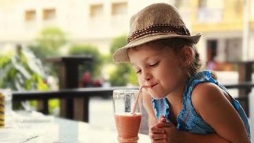 Kapan Si Kecil Boleh Mulai Minum Jus Buah?