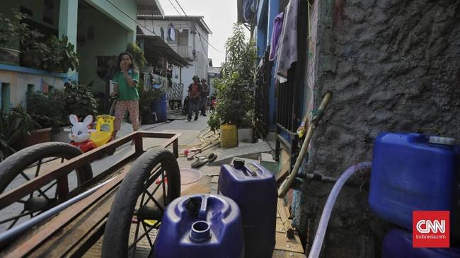 Warga di pesisir Jakarta Utara kesulitan mendapat air bersih sejak Ibu Kota tak diguyur hujan. Pengeluaran warga untuk air bersih melonjak 5 kali lipat.