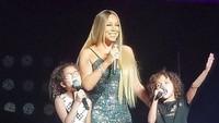 <p><em>Sweet</em>! Saat Roc dan Roe memberikan kejutan pada Mariah Carey di panggung. (Foto: Instagram @mariahcarey)</p>