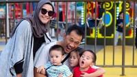<p>Zaskia Adya Mecca memiliki empat anak dengan jarak usia yang enggak terlalu jauh. Terutama anak ketiga dan keempatnya yang hanya berjarak dua tahun. (Foto: Instagram @zaskiadyamecca)</p>