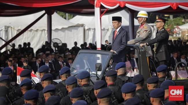 Presiden Joko Widodo bertindak sebagai inspektur upacara HUT ke-73 Bhayangkara, di Lapangan Monas, Jakarta, Rabu (9/7).