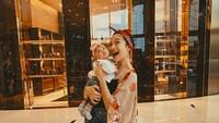 <p>Belum lama ini, tersiar kabar kalau Putri Marino sedang mengandung anak keduanya. Sedangkan anak pertamanya, Surinala saat ini masih berusia 9 bulan. (Foto: Instagram @putrimarino)</p>