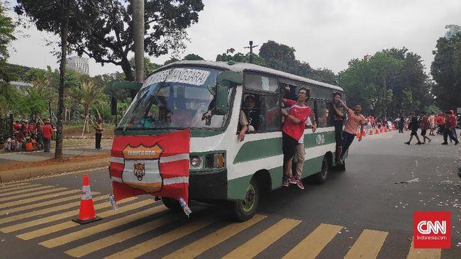 Polda Metro Jaya menangkap 65 suporter Persija Jakarta atau Jakmania yang melakukan konvoi setelah timnya menang Piala Menpora 2021.