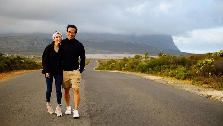 <p>Dalam beberapa postingan di Instagram, Joe Taslim memiliki panggilan unik sekaligus lucu bagi sang istri tercinta, yakni 'DongBoy' atau Kedondong Kiambuoy. <em>He-he-he</em>. <em>Wah</em>, apa artinya ya? (Foto: Instagram @joe_taslim)</p>
