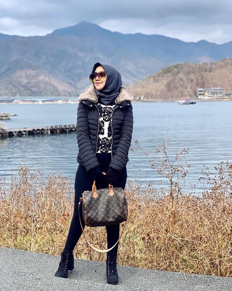 Pasca bercerai, Salma terlihat modis dengan gayanya dengan mengenakan hijab modern.