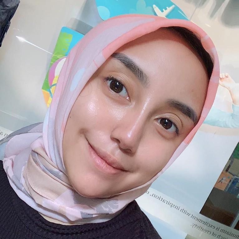 Salma yang cantik juga makin modis saat mengenakan hijab bergaya modernnya.